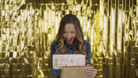 Happy aufgeregt Mädchen öffnet eine Schachtel mit Geschenk Goldenes Licht scheint auf ihrem Gesicht aus der Schachtel Frauen auf  stock footage