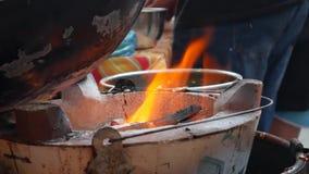 在火的特写镜头灼烧的煤炭 明亮的橙色火焰燃烧的里面 4K 影视素材