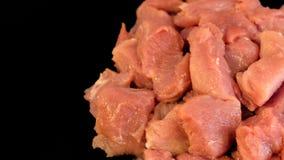E Отрезанная свинина r Заготовки для барбекю или kebab Tenderloin мяса на черной предпосылке стоковые изображения rf