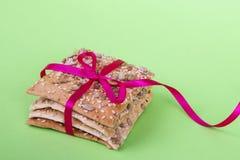E r kernachtig brood met zonnebloem, vlas en sesamzaden royalty-vrije stock afbeeldingen