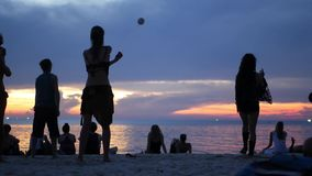 PHANGAN, THAILAND - 23 MARS 2019 Zen Beach Konstnärers silhuetter på stranden under solnedgången Unga silhuetter stock video