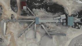 De kamer zwelt boven de steenkruipper bij de steenkruipschutter Bovenaanzicht van de steenkruipster Luchtvideo 4K stock footage