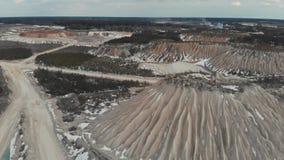 Luchtzicht van de mijnbouwsteengroeve Duinen in mijnbouwsteengroeven Luchtweergave 4K stock video
