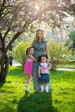 E r maternal omsorg lycklig familj arkivfoton