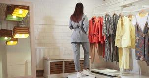 E r Modell In Gray Fashion Kimono 4K stock video