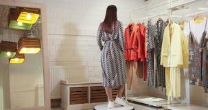 E r Modelo In Gray Dress 4K almacen de metraje de vídeo