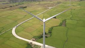 Windkraftwerk Drone View Landschaftswindturbine auf Grünflächen zur Erzeugung von Windenergie Moderne stock video