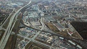 灰色大都会顶视图  大城市全景有区域和通过的长的高速公路在多云天气 ?? 影视素材