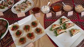 Баффет с веганской едой для продажи Здоровые вегетарианские закуски, соусы и сэндвичи Зеленый образ жизни сток-видео