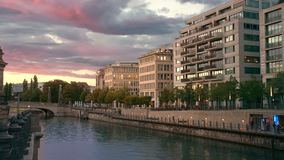首都中心的日落 博物馆岛附近的河流 粉色多彩云 灯亮 股票录像