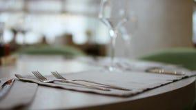 Официант подает стол в кафе Видео из ресторана Официант выпрямляет нож на столе Таблица видеоматериал
