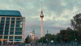 德国柏林- 2018年10月:柏林街道交通 中心地标电视塔 慢动作 股票视频