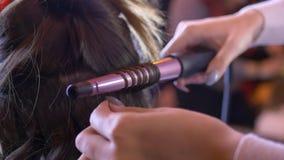 Stylizacja włosów z curlingiem Klawisze na kobiecej fryzurze Fryzjer zbiory wideo