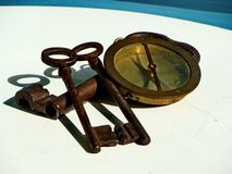 三葡萄酒、生锈的铁钥匙和葡萄酒黄铜海军指南针 免版税库存照片