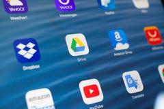 喀山,俄罗斯- 2018年7月3日:与社会媒介象的苹果计算机iPad  谷歌驱动在中心 库存图片