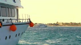 Morski krajobraz, jachty idą do zatoki, kotwica zbliżenie, biała tablica jachtów z jachtem, konept żeglarski Żaglówka zbiory wideo