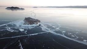 在贝加尔湖的鸟瞰图 有美丽的冰的Winter湖 在海岸和海岛的岩石 俄国冬天 r 影视素材