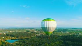飞过热气球 农村田野上空的热气球 航拍 热空气 股票录像
