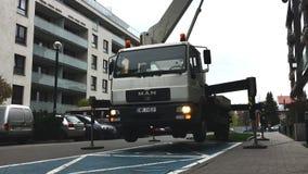 Wroclaw, Polen - 25 april 2019: De kraanmachine met liftcabine MAN Uitstekende autokraan hydraulische kraansteun met stock footage