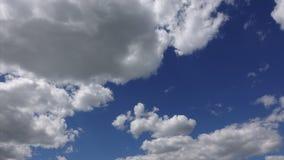 Vita moln på bakgrund för blå himmel, timelapse Härlig himmel på bra soligt väder Stackmolnmoln som är höga i himlen arkivfilmer