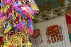 Coletor ideal do amuleto de penas coloridos Amuleto do coletor do sonho de nativo americano que protege uma pessoa de sono do mal foto de stock