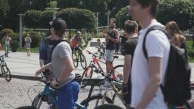 Kiew/Ukraine-Juni, 1 Lachen mit 2019 junges Mountainbikern Attraktive Radfahrer, die an der Fahrradparade stehen Nahaufnahme von  stock video footage