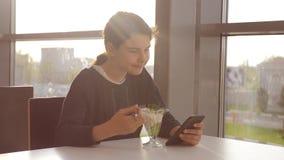 机场等飞机 少女吃沙拉,看智能手机 咖啡馆的互联网 机场 影视素材