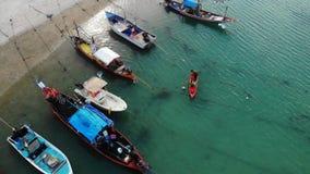 在岸附近的渔船 漂浮在海水的海岸附近的各种各样的五颜六色的渔船在热带国家 寄生虫上面 股票视频