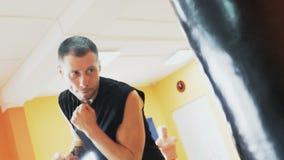 与个人教练的单独训练 教练员打在健身房锻炼的吊袋 肥胖人的减肥钻子 股票视频