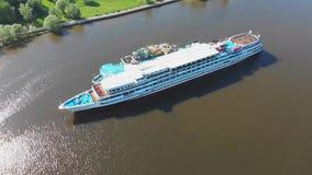 Widok z lotu ptaka, barka napełniająca rzekę Barka ze zbiornikami na paliwo na rzece Filmrowanie na wierzchu, paliwo, napełnianie zdjęcie wideo