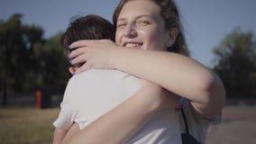 跑到他的姐姐和拥抱她的小男孩在夏天公园 户外休闲 之间友好的联系 股票视频