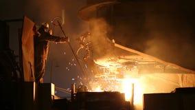 熔化金属在一个钢铁厂 在熔化炉的高温 冶金产业 影视素材