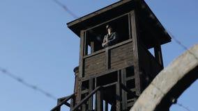 倒钩铁丝网 一名年轻的德国士兵,拿着步枪站在瞭望塔里,四周看 底视图 世界大战 影视素材