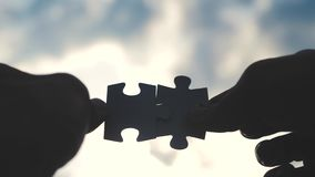 配合企业财务概念生活方式 男性手连接两个难题现出轮廓反对日落 ?? 股票视频