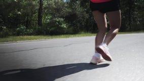 Jeune fille motivée et concentrée courant en parc Femme attirante folâtre se préparant à la course Fille dans la formation rose I banque de vidéos