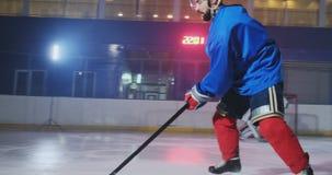Un giocatore di hockey professionista attacca il cancello e colpisce, ma il portiere batte il burattino Un goal nell'hockey Paper video d archivio
