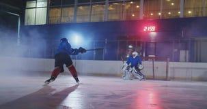 Un giocatore di hockey professionista attacca il cancello e colpisce, ma il portiere batte il burattino Un goal nell'hockey Paper archivi video