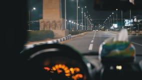 从一出租车司机的后面看法在埃及,在度假胜地附近乘坐在晚上 股票录像