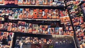 Câmeras aéreas sobrevoam os telhados do bairro residencial de Barcelona Telhados de mosaicos e ruas estreitas Vídeo video estoque