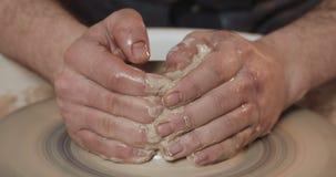 Potter tillverkar lergods från lerans närhet Framställning av keramiska produkter av vitt lera Hjulet på den böjda pekaren Man hä arkivfilmer