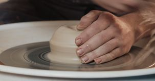 Potter tillverkar lergods från lerans närhet Framställning av keramiska produkter av vitt lera Hjulet på den böjda pekaren Man hä stock video