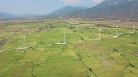 Drone View Windrad-Turbine auf dem Feld auf Berglandschaft Windkraftanlagen zur Erzeugung sauberer erneuerbarer Energien Wind stock footage