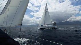 E Rader av lyxiga yachter på marinaskeppsdockan arkivfilmer
