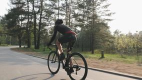 E Radfahrentraining der Stra?e Radfahrenkonzept stock video