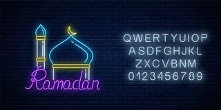 E Ramadankareem som h?lsar text med minaret stock illustrationer