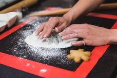 E Regalo de la Navidad, pan de jengibre hecho en casa fotos de archivo libres de regalías