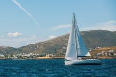 E Reihen von Luxusyachten am Jachthafendock stockfotos