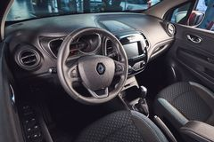 E Renault Captur - presentation f?r bil f?r ny modell i visningslokal - inre insida royaltyfria foton