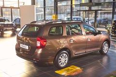 E Renault Logan MCV - presentationen f?r bilen f?r den nya modellen i visningslokal - sidosikt arkivbild