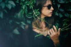 E Retrato da mulher fresca elegante nos ?culos de sol pretos que relaxam fotos de stock royalty free